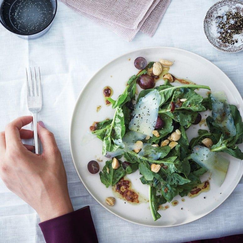 La imagen puede contener vegetales y alimentos vegetales cubiertos tenedor persona humana y vegetal