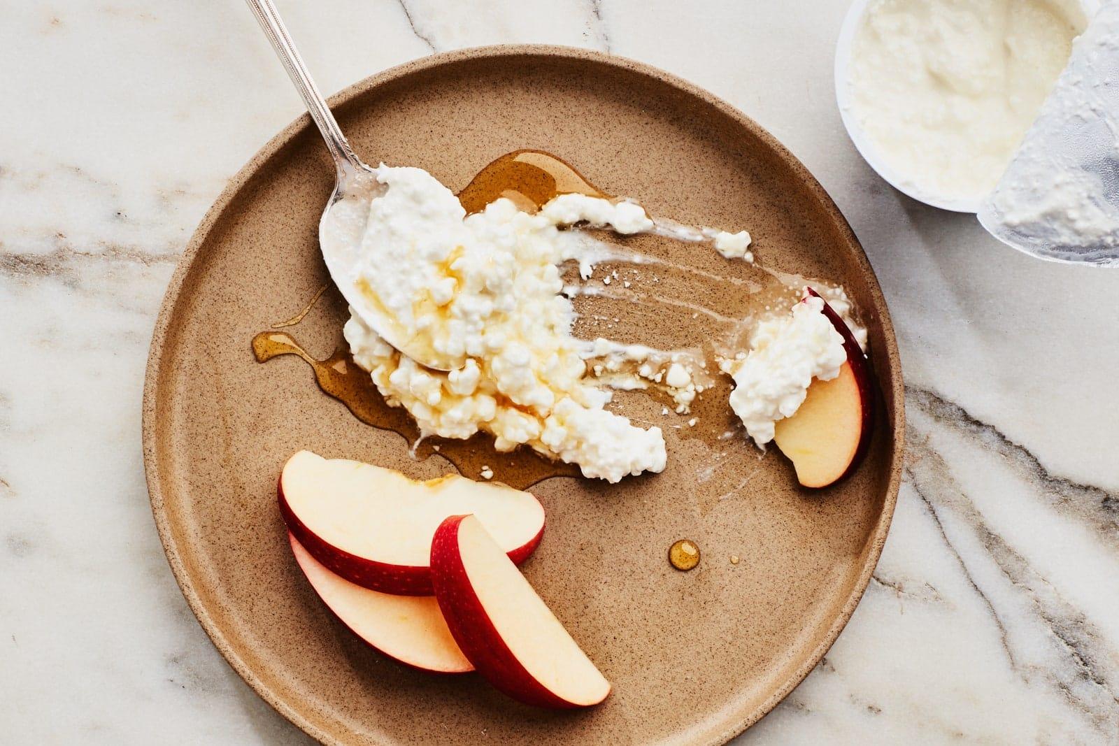 Requesón en plato con manzanas y miel