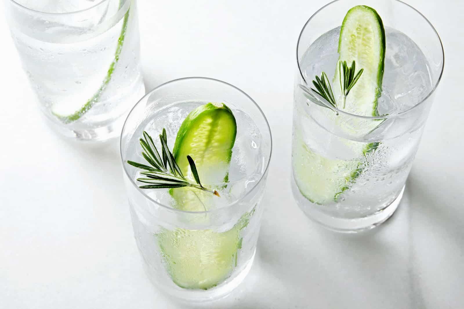 Foto de tres vasos de gin-tonic de pepino y romero.