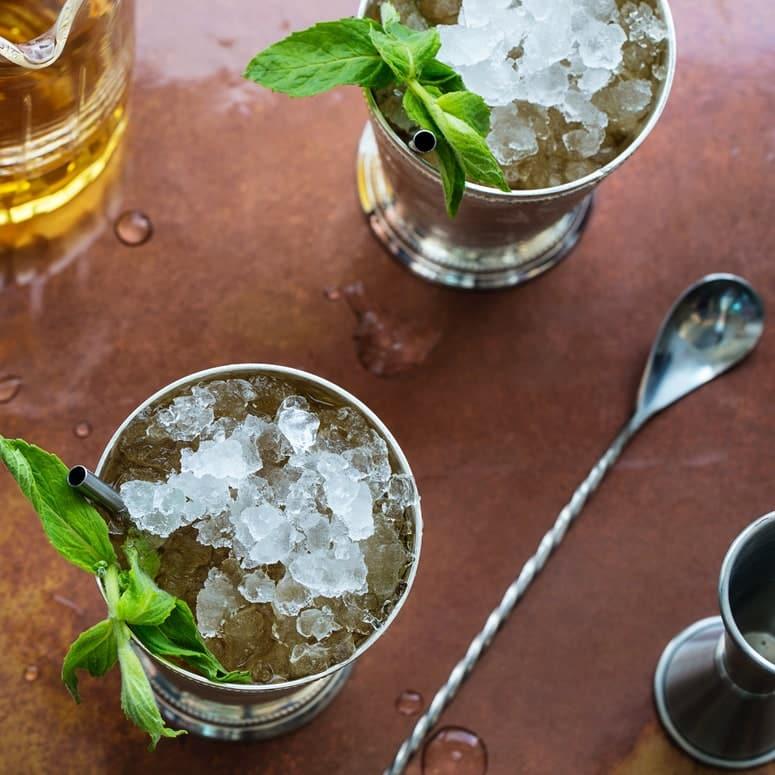 La imagen puede contener Jarrón Planta Cerámica Planta en maceta Tarro Plantador de menta Hierbas Bebida Bebida Cóctel y alcohol