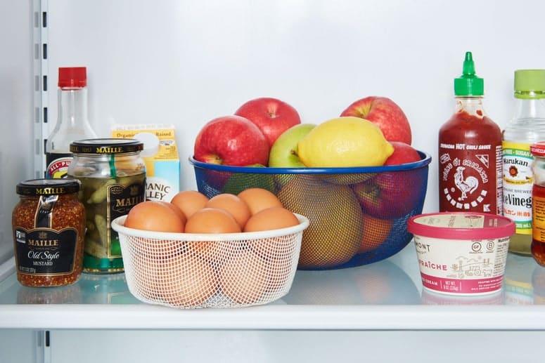Foto de cestas de metal que se utilizan como almacenamiento en un refrigerador.