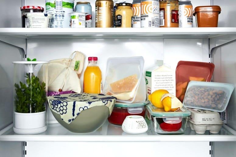 Foto de productos de almacenamiento de alimentos sostenibles en un refrigerador.