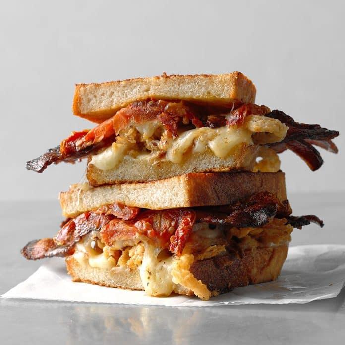 Sándwich de queso asado, tocino y tomate secado al horno
