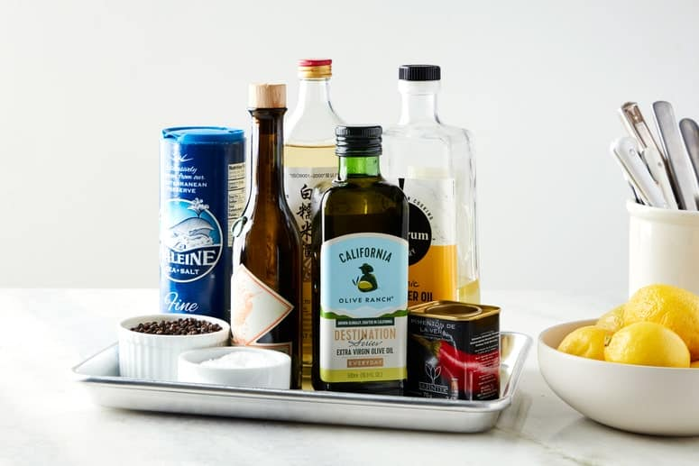 foto de una sartén de un cuarto de hoja con botellas de aceites y vinagres.