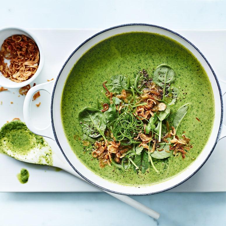Una de nuestras mejores recetas veganas fáciles de sopa tailandesa de brócoli y coco.