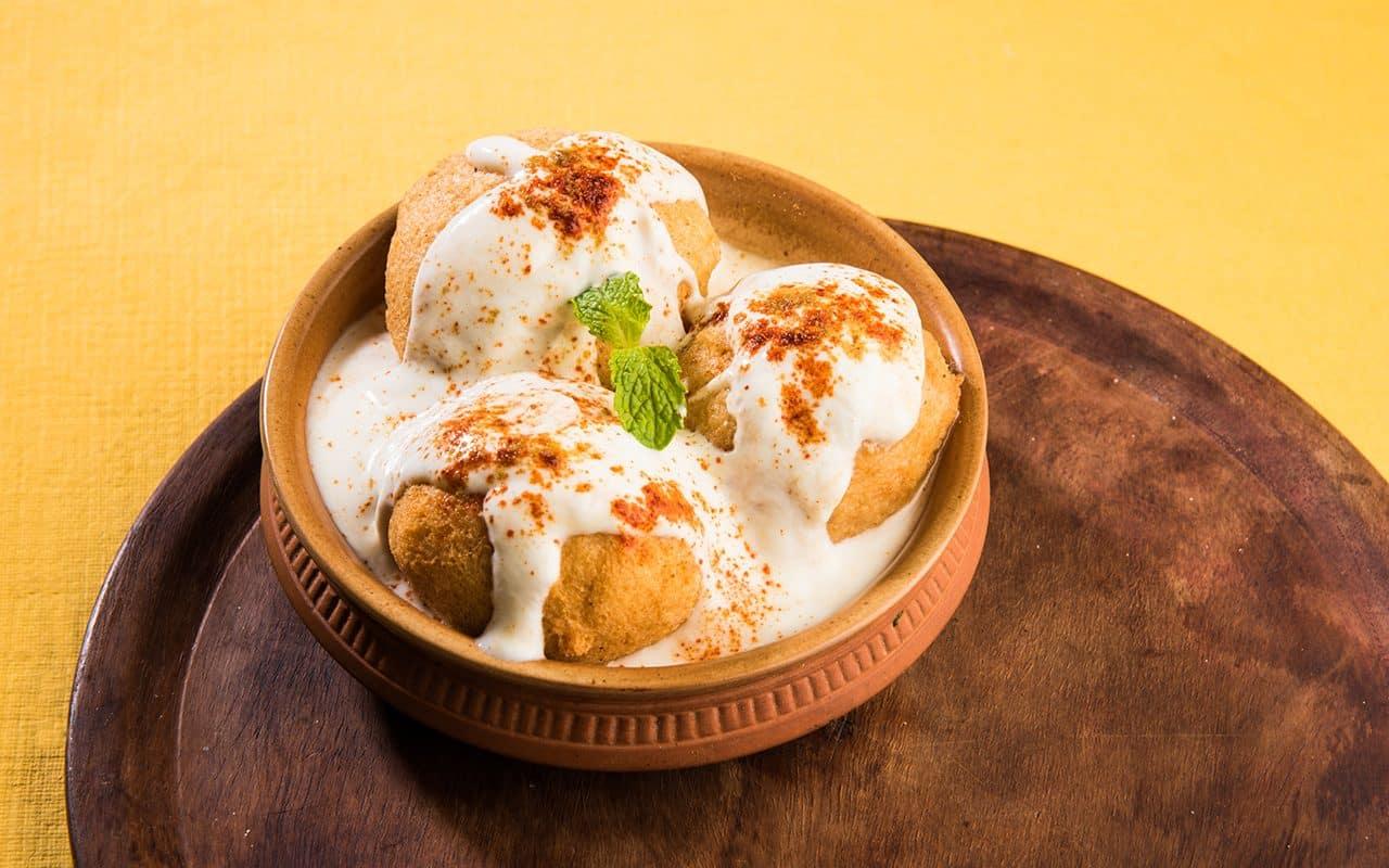 Dahi Vada o Bhalla es un bocadillo popular en la India que se sirve en un tazón.