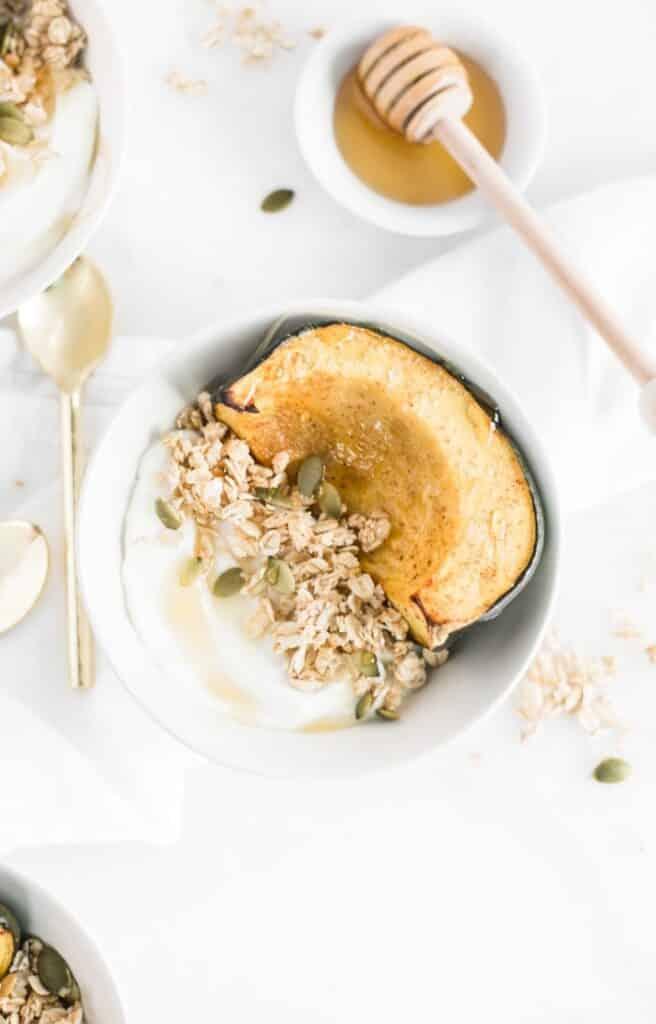 Tazones de desayuno de calabaza bellota asada con miel