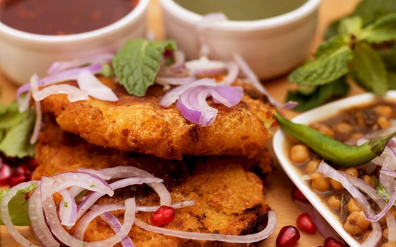 Tikki de comida callejera famosa de la India con su ingrediente
