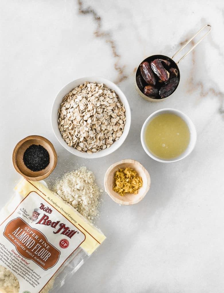 Vista aérea de los ingredientes utilizados en las bolas de aperitivo de semillas de amapola de limón.