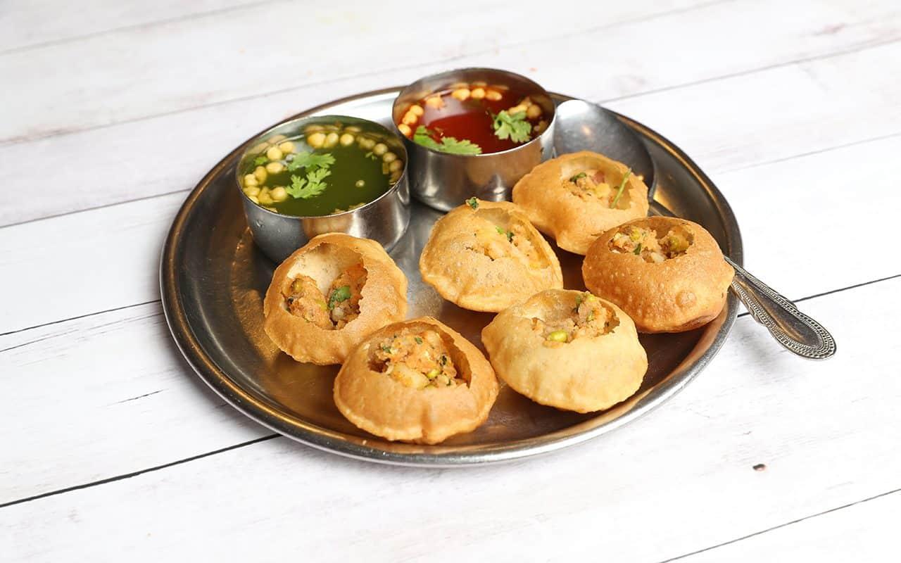 Panipuri o Gol Gappa o Chaat, comida callejera india, panipuri, golgappe, artículo de chat, India, panipuri relleno con aloo y tamarindo dulce