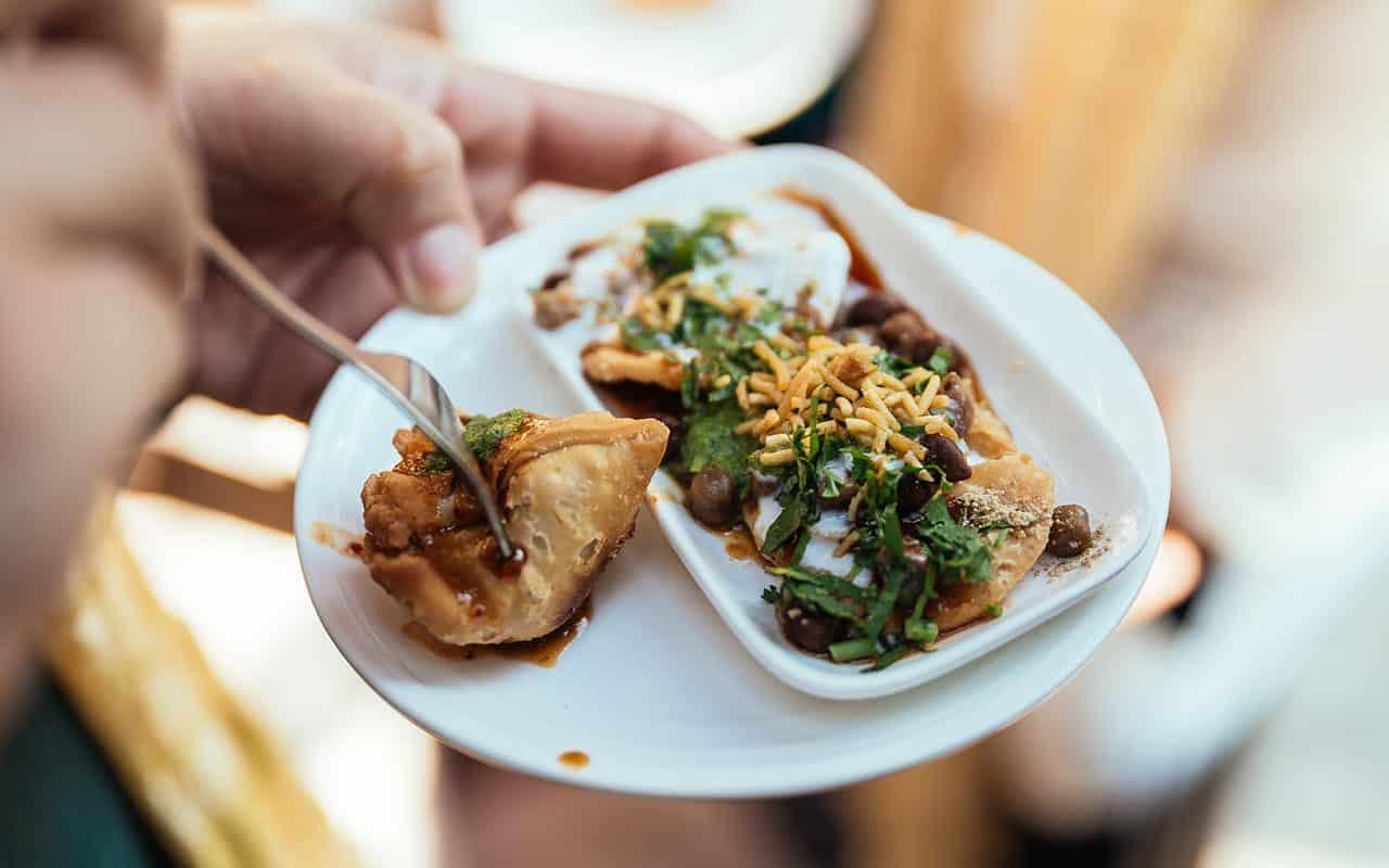 Papri Chaat se prepara tradicionalmente usando obleas de masa frita crujientes conocidas como papri, junto con garbanzos hervidos, papas hervidas, yogur y chutney de tamarindo y cubiertas con chaat masala y sev.