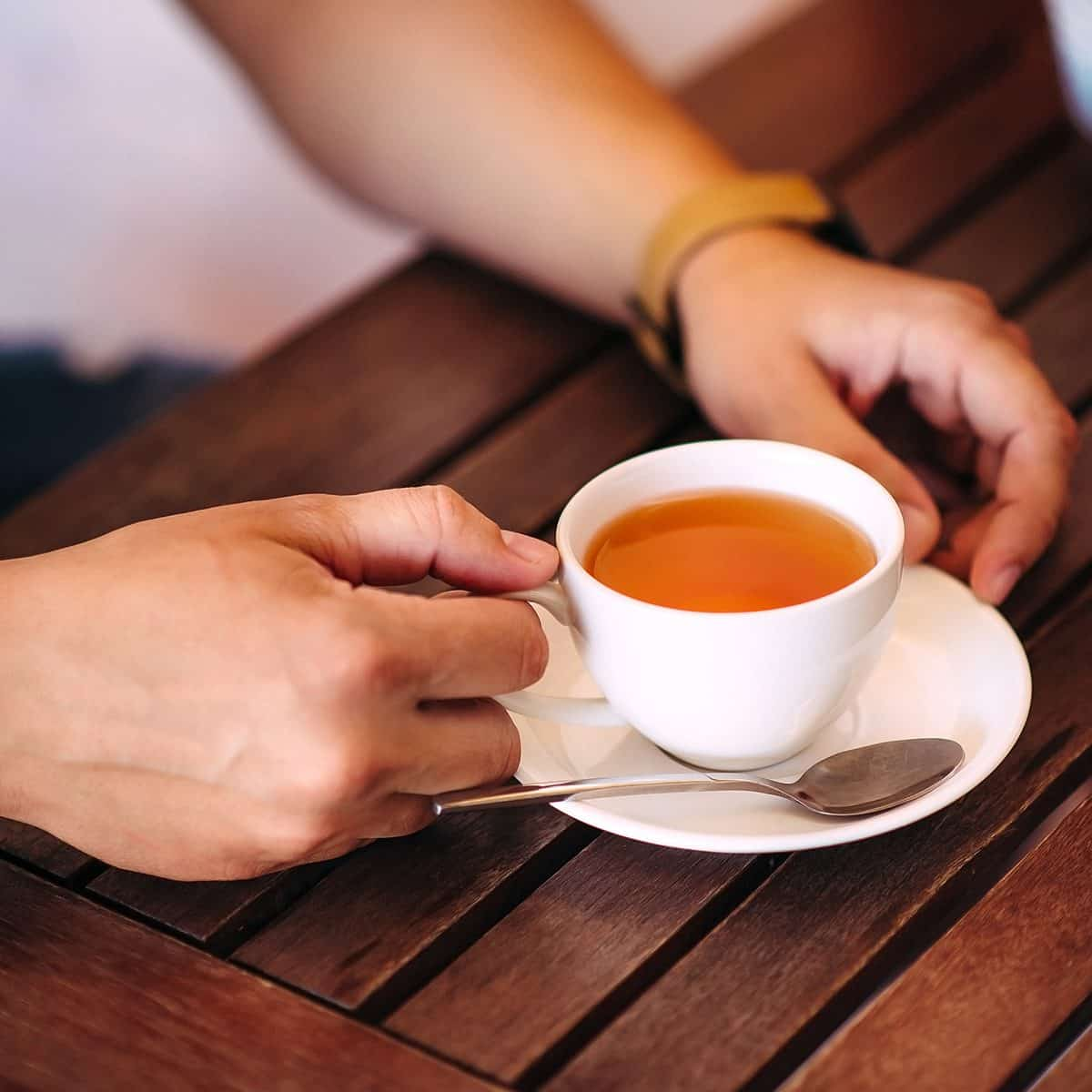 Manos masculinas del primer que sostienen una taza de té;  Shutterstock ID 419110399;  Trabajo (TFH, TOH, RD, BNB, CWM, CM): Taste of Home