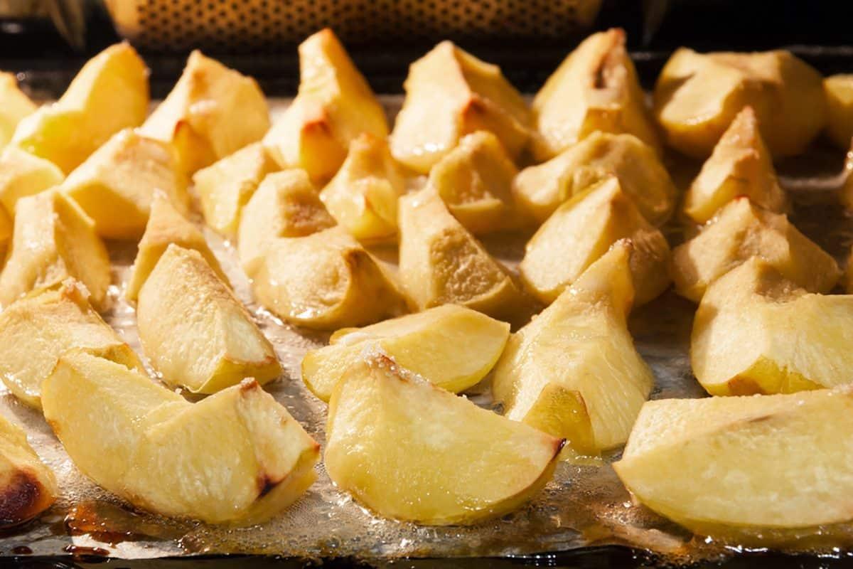 Preparación de membrillo.  Membrillo de manzana al horno con azúcar .;  Shutterstock ID 511921912;  Trabajo (TFH, TOH, RD, BNB, CWM, CM): Taste of Home