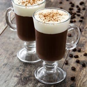CAFÉ IRLANDÉS EN VIDRIO SOBRE MESA DE MADERA