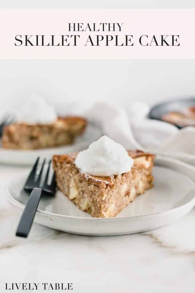 imagen de pinterest con texto para tarta de manzana sartén saludable.