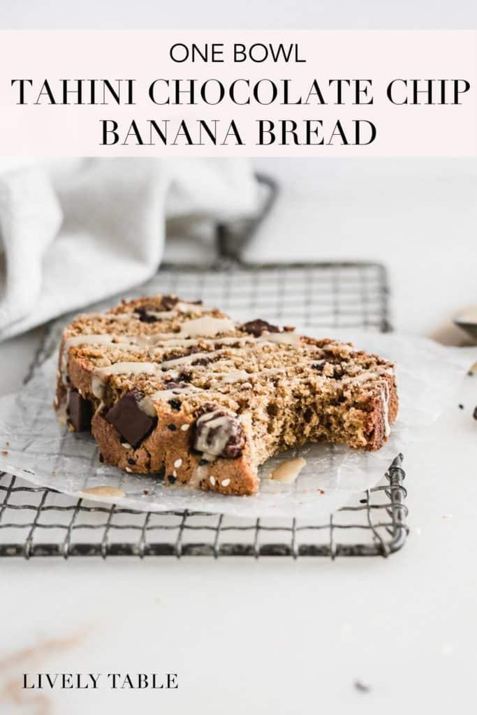 Imagen de pinterest para un tazón de pan tahini con chispas de chocolate y plátano.