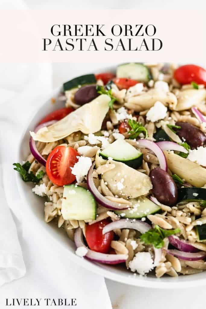 imagen de pinterest con texto para ensalada de orzo griega saludable.