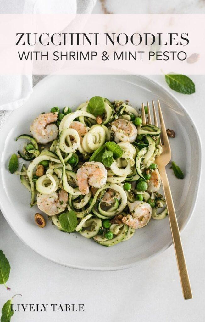 imagen de pinterest para fideos de calabacín saludables con camarones y pesto de menta.