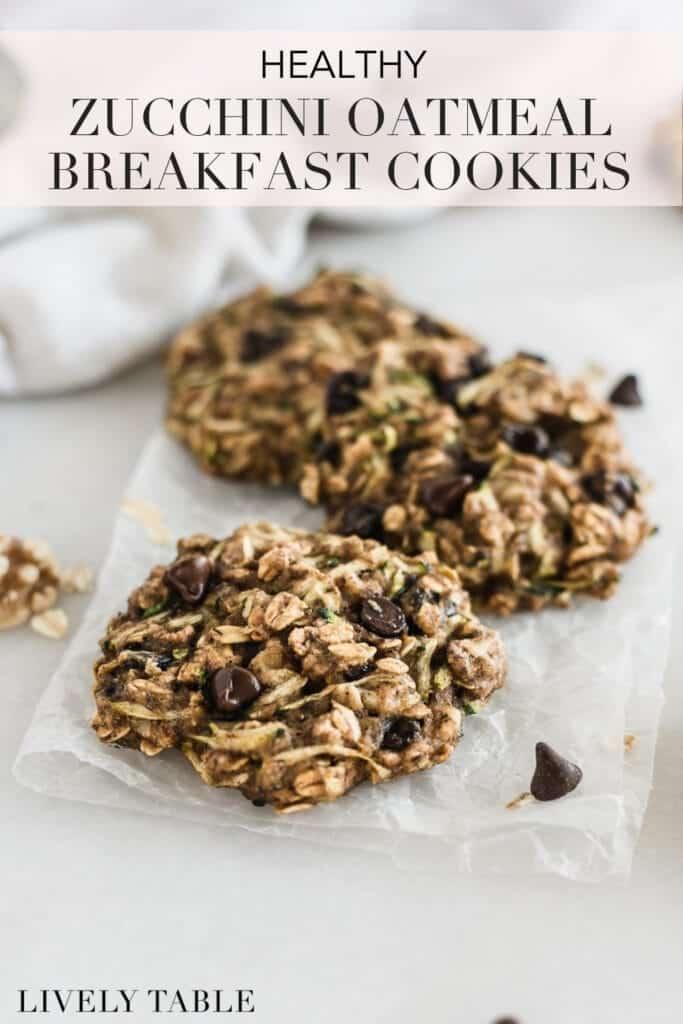 Imagen de Pinterest con texto para galletas de desayuno de avena y calabacín.
